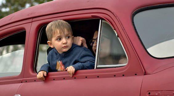 Je auto schenken aan je kleinkind: wat kost het