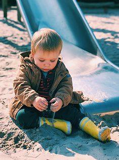 kindje speelt met zand