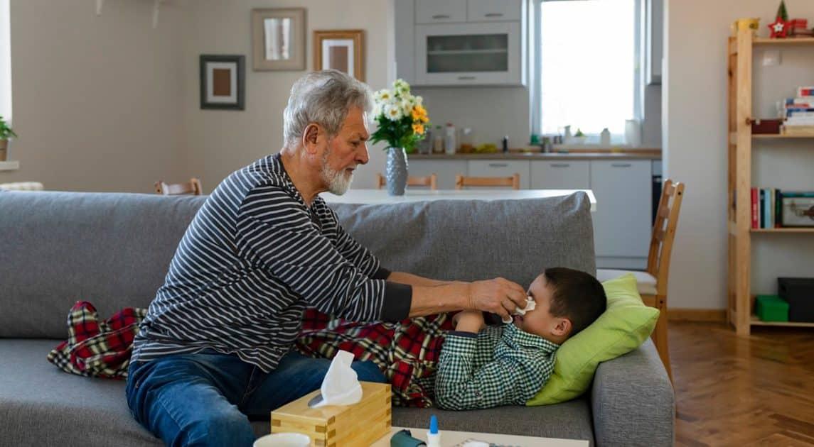 Grootouder met ziek kleinkind