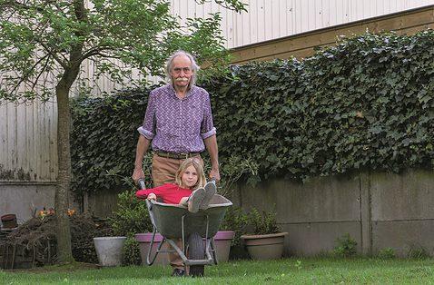 Met je kleinkind in de tuin