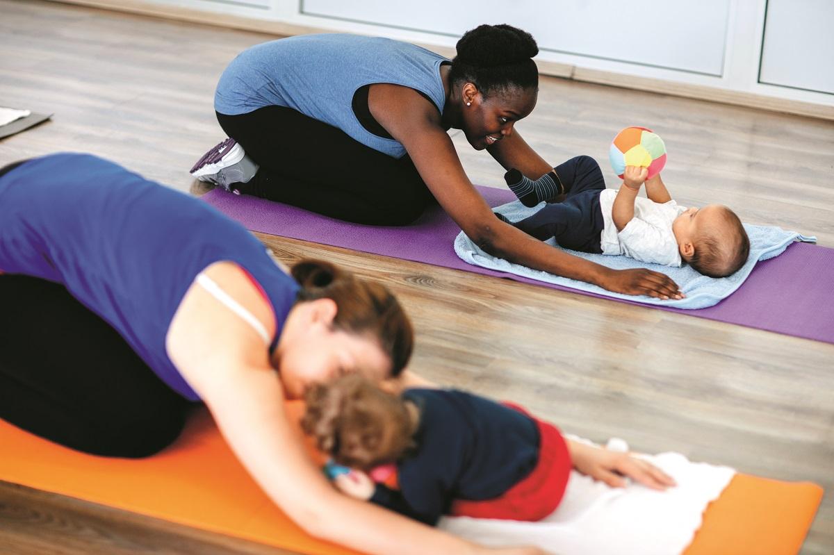 Knuffelturnen, samen bewegen met je peuter, samen bewegen met je baby, ideaal voor het zelfvertrouwen