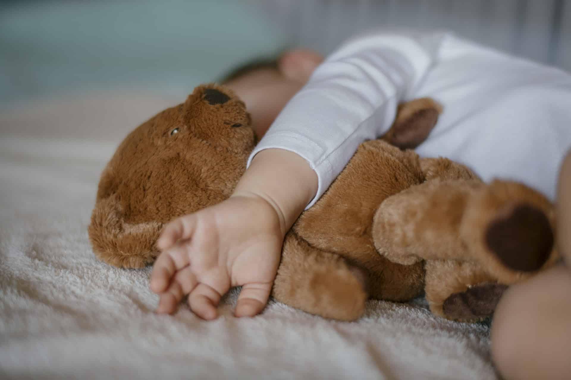 Je baby en zijn knuffel: twee handen op één buik