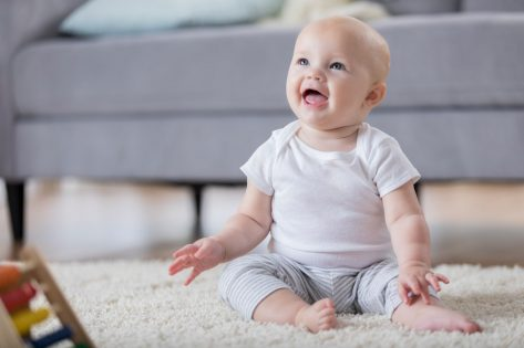 Mijn kind wil niet kruipen: moet ik mij zorgen maken?