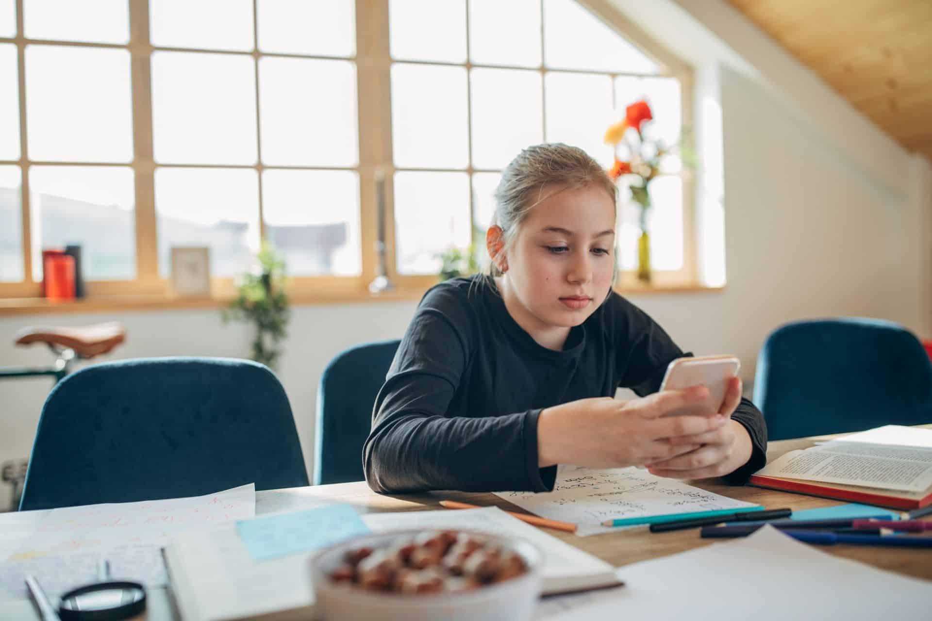 Hoe stel je grenzen aan je chattende tiener?