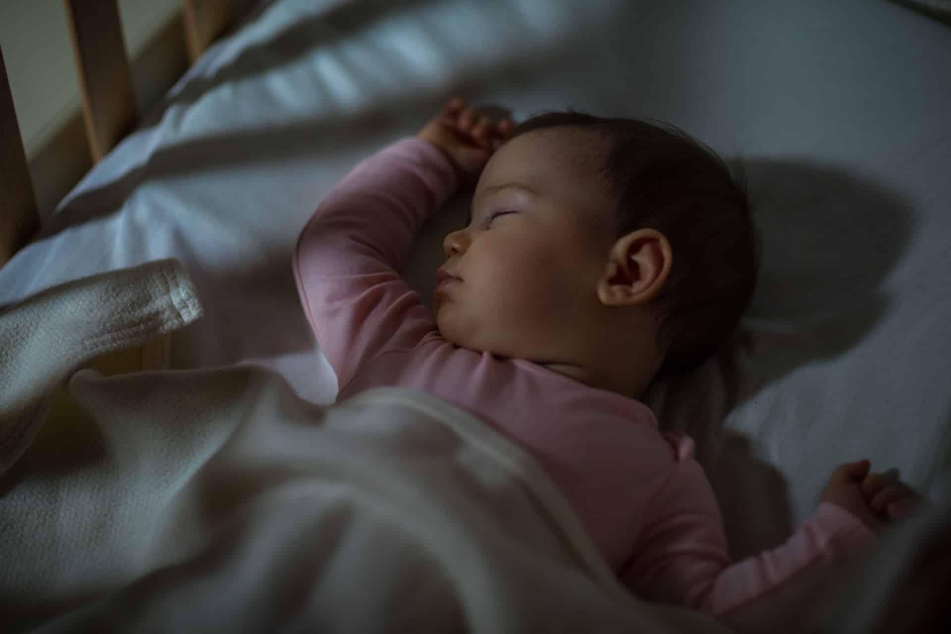 Van co-sleeping naar alleen slapen: zo pak je dat aan