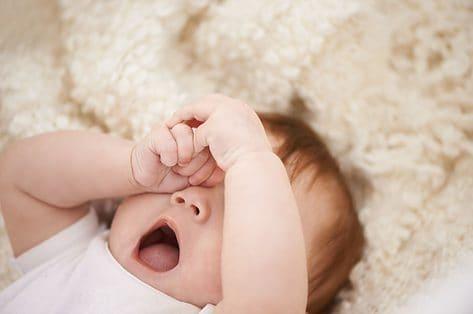 Hoe help ik mijn kindje doorslapen 's nachts?
