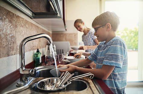 Welke huishoudelijke klusjes kunnen kinderen doen? Een overzicht
