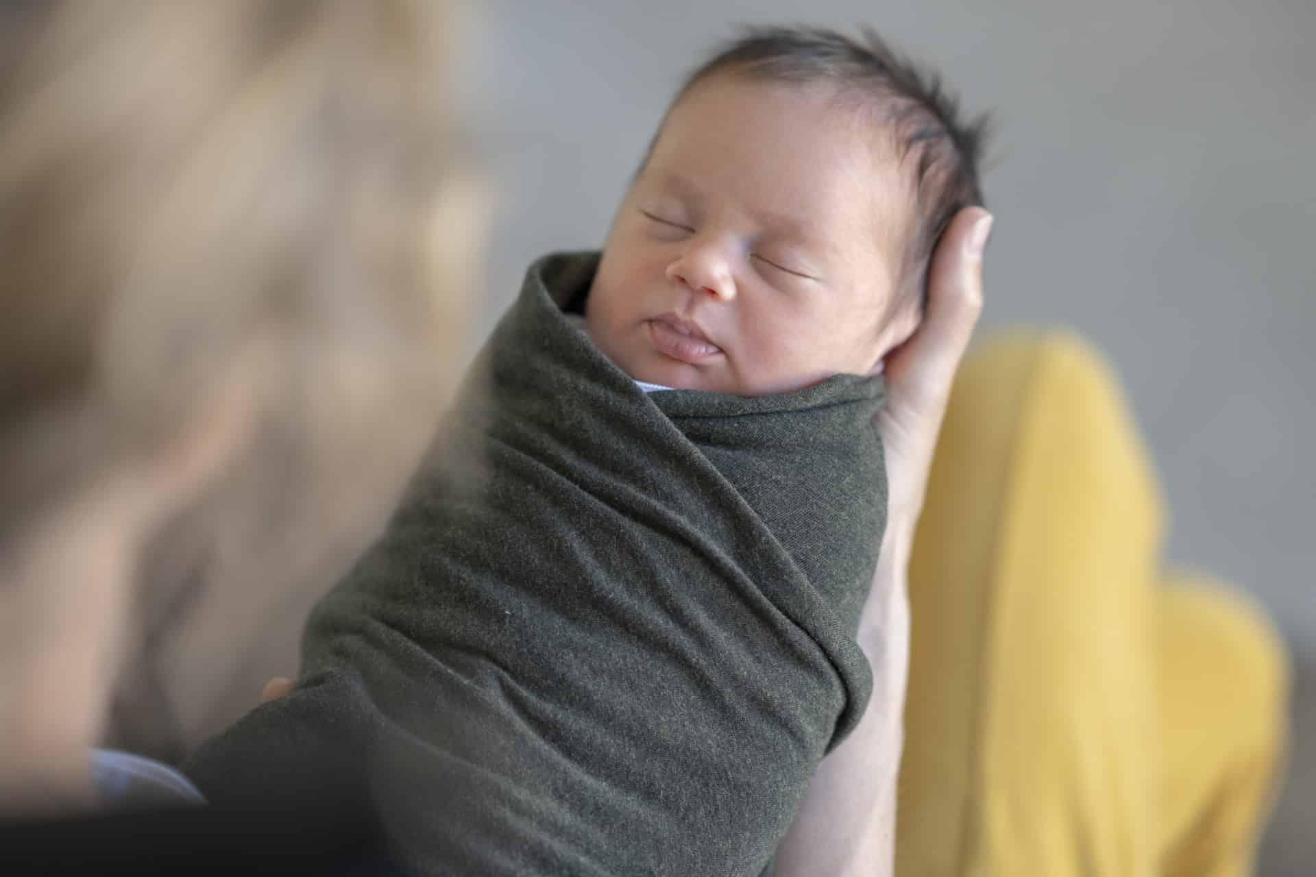 Inbakeren is een methode om je baby van de schouders tot de voetjes knus in te wikkelen