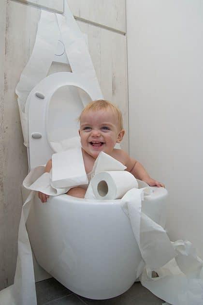 Peuter heeft plezier met wc-papier