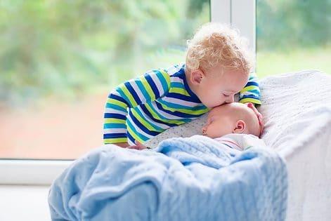 moment tussen een kind en de nieuwe baby