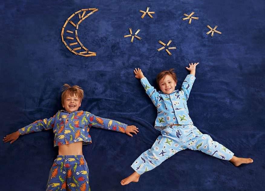 in pyjama naar school