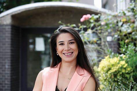 Nahile Huseynova wil als leerkracht rolmodel zijn voor nieuwkomers: 'Wiskunde is schitterend. Ik leg het met handen en voeten uit'