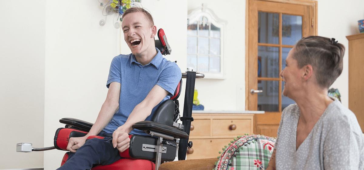 mensen met een handicap helpen