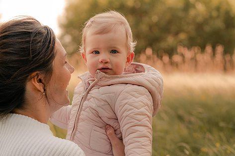 De dochter van Alexandra en Tom werd geboren met schisis: 'Dat Olivia nu van een rietje drinkt, is een klein mirakel'
