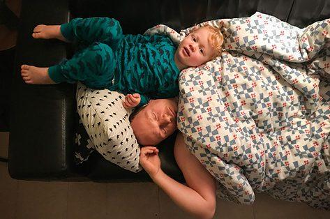 Samen slapen, elk bij een kind