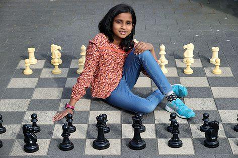 Dhanyadha vertelt waarom ze schaken leuk vindt: 'Het lijkt een puzzel om op te lossen'