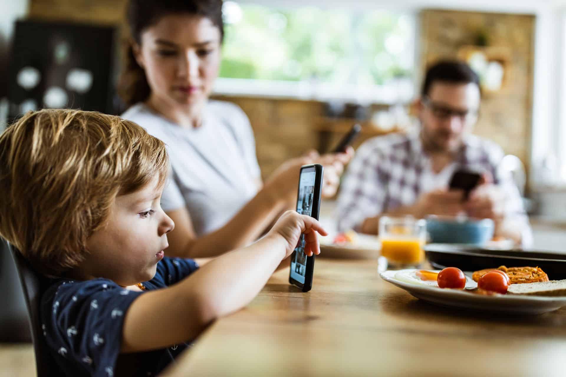 Schermtijd tijdens het eten: mogen jonge kinderen aan tafel op hun scherm spelen?