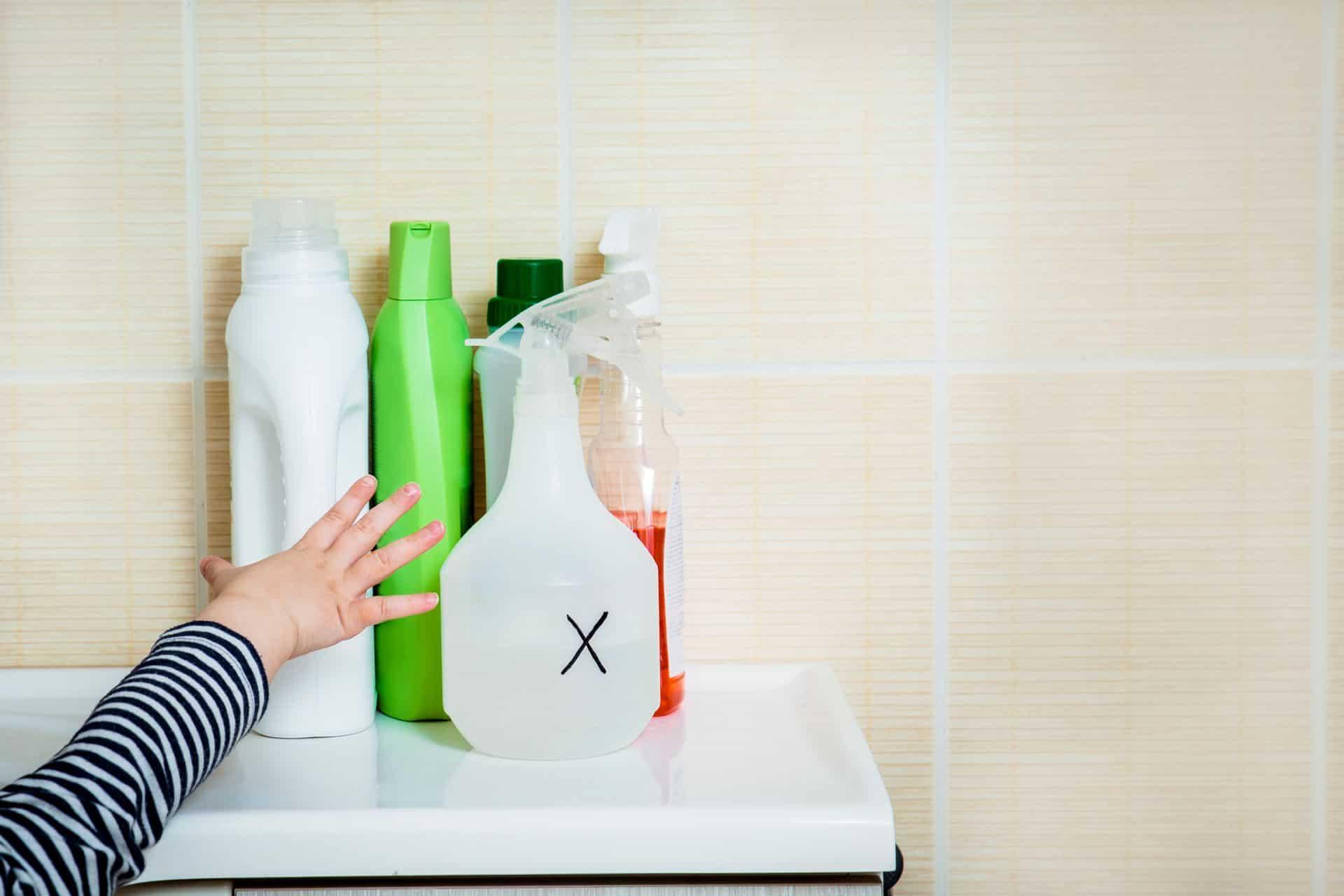 Vergiftiging bij kinderen: wat moet je doen als je kindje gevaarlijke producten binnenkrijgt?