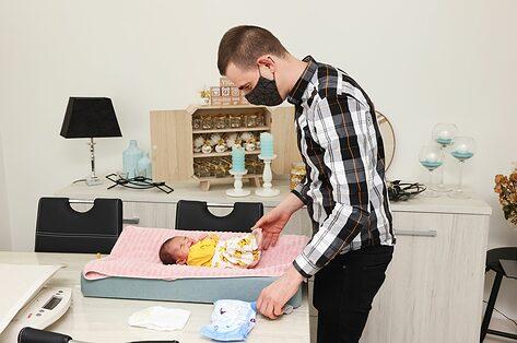 Jeroen is vroedvrouw: 'Baby's huilen nu eenmaal'